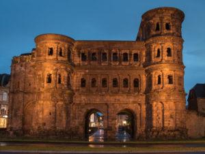 Porta Nigra in Trier am Abend