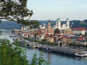 Passau mit Donau und Schiffen