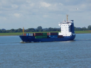Schiff auf der Elbe vor der Mündung in die Nordsee