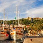 Schiffe im Hafen von Trogir in Kroatien