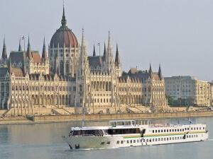 MS Esmeralda in Budapest auf der Donau